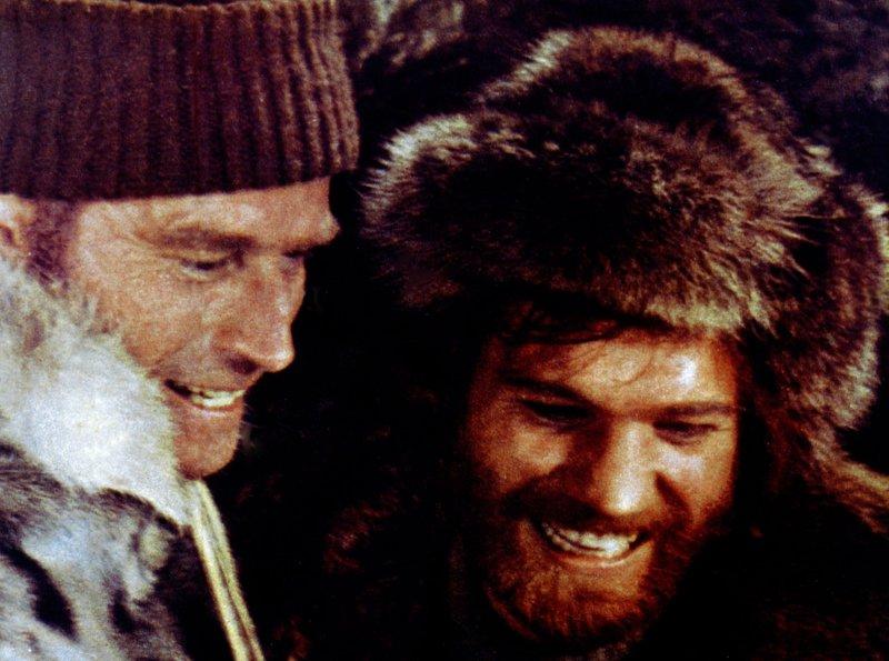 """Die Abenteurer John (Charlton Heston, li.) und Pete (Raimund Harmstorf) wollen als Goldsucher reich werden. – Bild: """"ARD Degeto"""" (S 2)"""