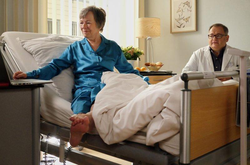 Hans-Peter Brenner (Michael Trischan) hat sich schweren Herzens vorgenommen, seiner Mutter Luise (Monika Lennartz) zu sagen, dass die Chance auf Heilung ihres Krebses sehr gering ist. Doch Luise ist so voller Zuversicht, dass er es nicht aussprechen kann. – Bild: MDR/Sebastian Kiss