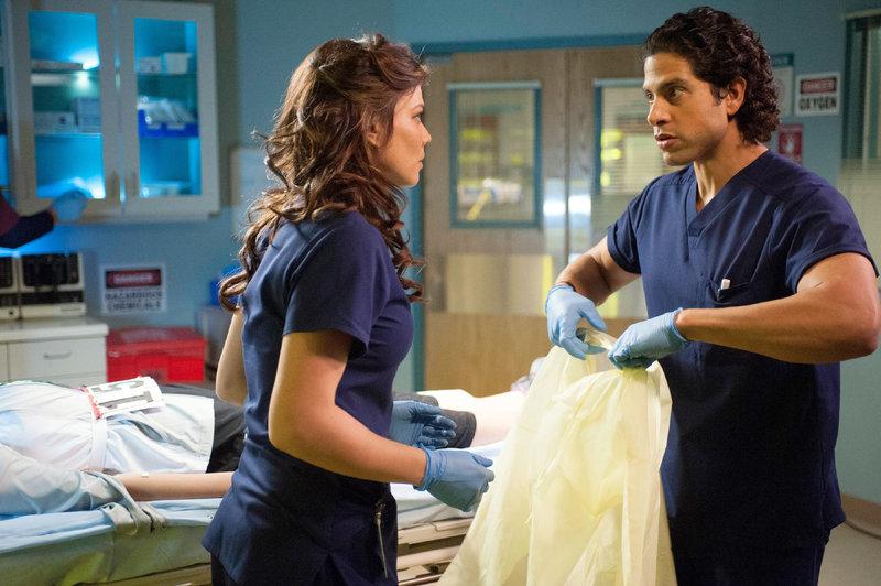 Dr. Krista Bell-Hart (Jeananne Goossen) und Dr. Joey Chavez (Adam Rodriguez) sind ein gutes Team. Ihre Fachkräfte sind gefragt - ein radioaktiv verstrahlter Patient ist eingeliefert worden. – Bild: MG RTL D / Sony Television Inc.