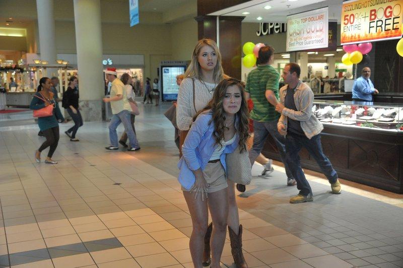 Deb (Christina DeRosa,r.) und ihre Freundin tummeln sich noch im Shoppingcenter, obwohl ein Unwetter angekündigt wurde. – Bild: Lionsgate International
