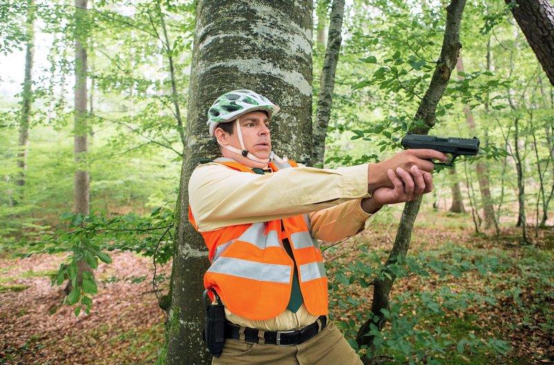 Riedl (Paul Sedlmeir) muss für diesen Spezialeinsatz seinen ganzen Mut aufbringen. – Bild: ARD/TMG/Kai Neunert