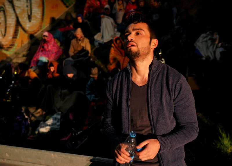 """""""Abgekämpft"""": Der syrische Flüchtling Mohammad Zatareih (Aram Arami) hat nach einer mehrmonatigen Odyssee über Griechenland, Mazedonien und Serbien am 1. September 2015 die ungarische Hauptstadt erreicht. Drei Tage später initiiert er vom Budapester Ostbahnhof aus den """"Marsch der Hoffnung"""". – Bild: ZDF und Hans-Joachim Pfeiffer."""