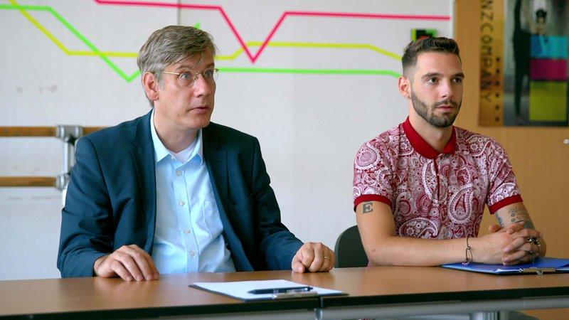 L-R: Direktor Frey (Tilo Acksel) und Samet(Samet Bal) – Bild: Nickelodeon