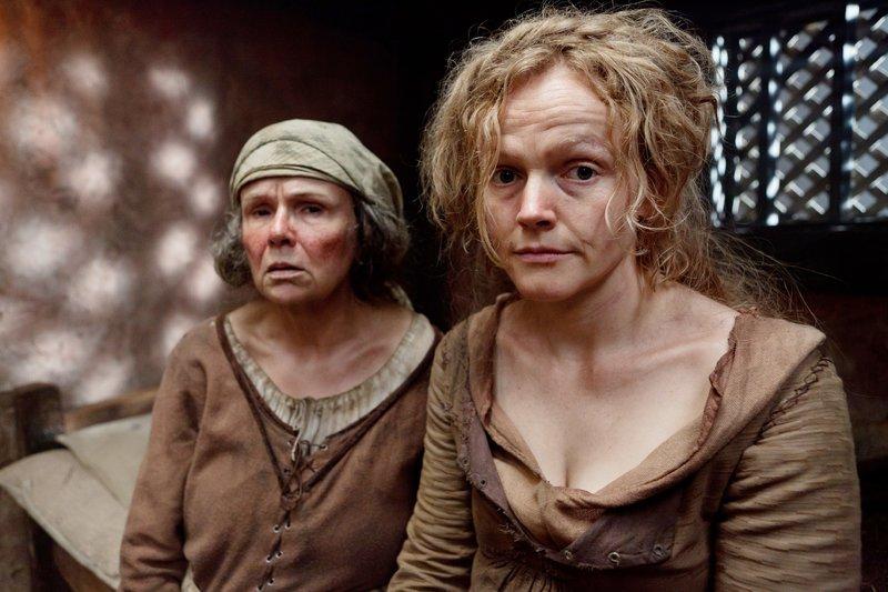 Mistress Quickly (Julie Walters, l.), Doll Tearsheet (Maxine Peake) – Bild: RTL Passion