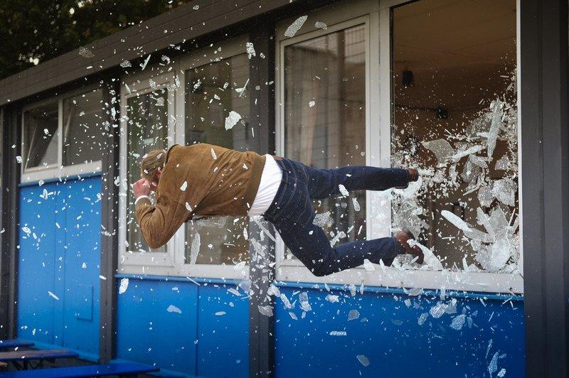 Weil Stefan Werner (Stunt) seinen Lottogewinn nicht mit der Tippgemeinschaft teilen will, muss er die Konsequenzen tragen. – Bild: ZDF und Boris Laewen