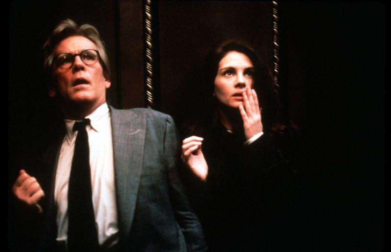 Bei gemeinsamen Recherchen werden Jungreporterin Sabrina Petersen (Julia Roberts) und Star-Kolumnist Peter Brackett (Nick Nolte) in einem defekten Aufzug eingeschlossen. – Bild: Disney Channel