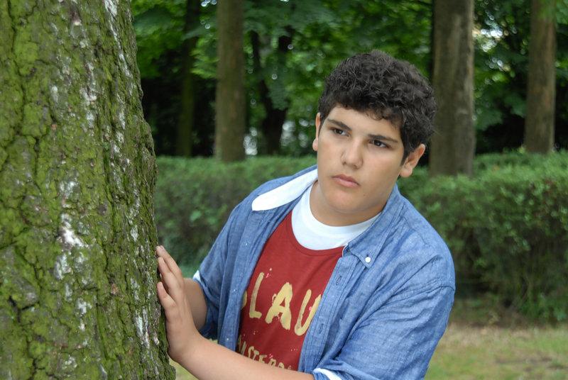 Anton (Danilo Kamer) gibt nicht auf: irgendwo hier im Park muss sich der Täter aufhalten... – Bild: NDR/Romano Ruhnau