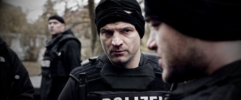 Mendes (Misel Maticevic, l.) und Kevin (Ronald Zehrfeld, r.) besprechen den missglückten SEK-Einsatz. – Bild: ZDF und Christian Stangassinger
