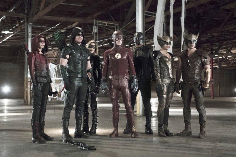 V.l.: Speedy (Willa Holland), The Arrow (Stephen Amell), Black Canary (Katie Cassidy), The Flash (Grant Gustin), John Diggle (David Ramsey), Hawkgirl (Ciara Renée), Hawkman (Falk Hentschel) – Bild: RTL Crime