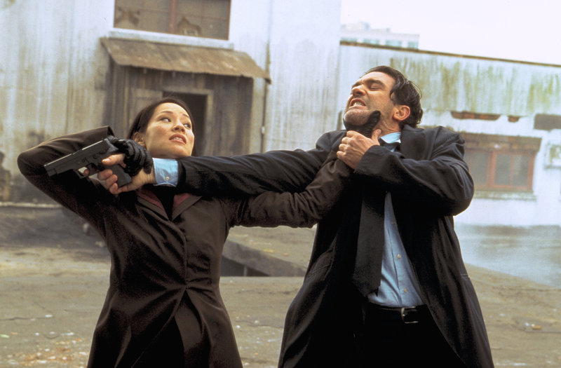 FBI-Agent Jonathan Ecks (Antonio Banderas) wird beauftragt, Sever (Lucy Liu), Mitarbeiterin der NSA, zu töten. – Bild: Kineos