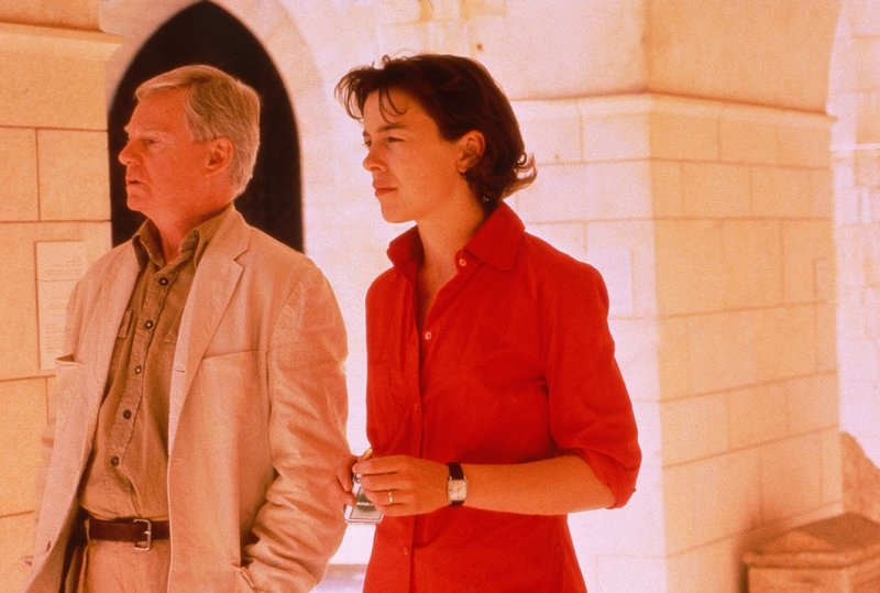 Sharon Golban (Olivia Williams) und Father Lavelle (Derek Jacobi). – Bild: Tele 5