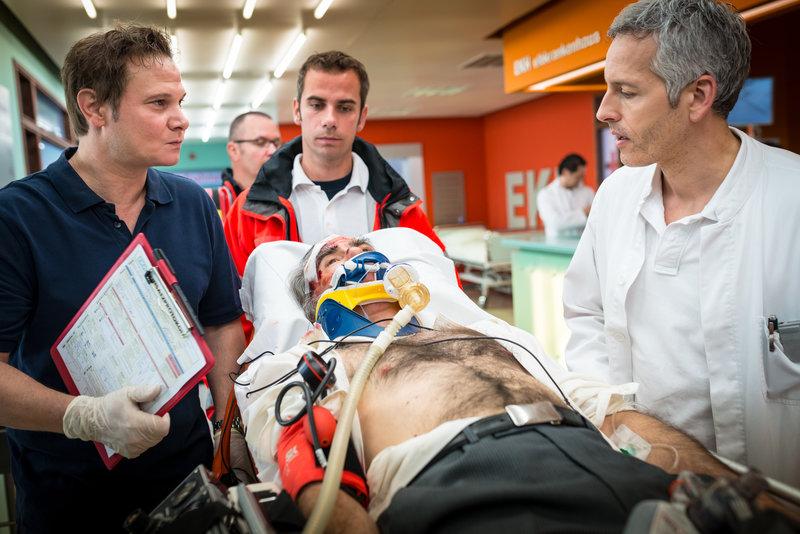 Dr. Haase (Fabian Harloff, l.) bringt Dr. Bäumer (Roland Kieber, r.) einen Patienten mit schweren Kopfverletzungen. – Bild: ZDF und Boris Laewen