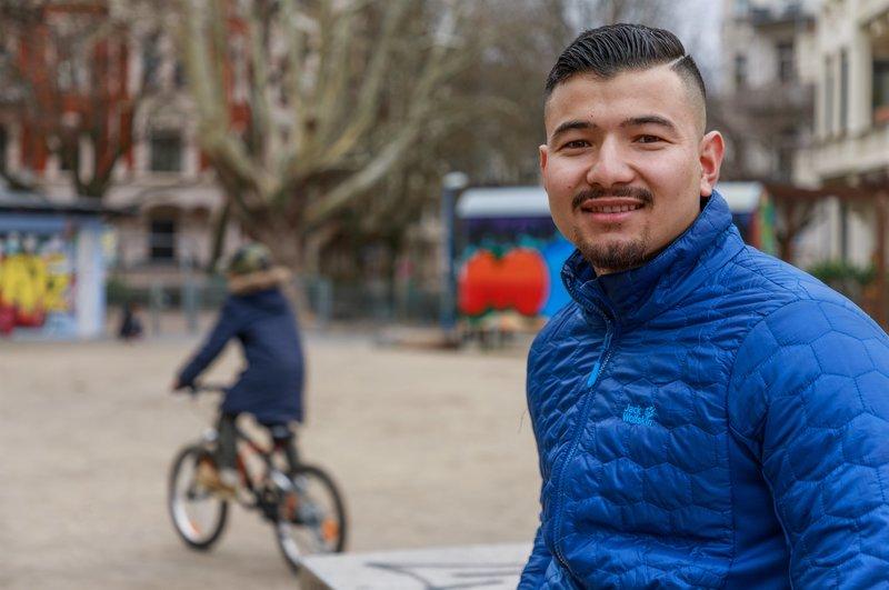 Seit fünf Jahren lebt, lernt und arbeitet Samir (20) in Deutschland. Hier ist er erwachsen geworden und träumt davon, seinen Meister zu machen. Wird sich der junge Afghane Samir bei uns eine sichere Existenz aufbauen können? – Bild: ZDF und Jan Prillwitz.