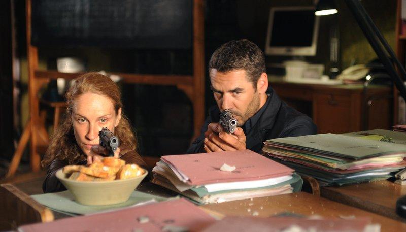 Kommissarin Sonja Schwarz (Chiara Schoras) und ?Capo? Matteo Zanchetti (Tobias Oertel) sind im Visier eines Mafiakillers. – Bild: ARD Degeto/Hans-Joachim Pfeiffer