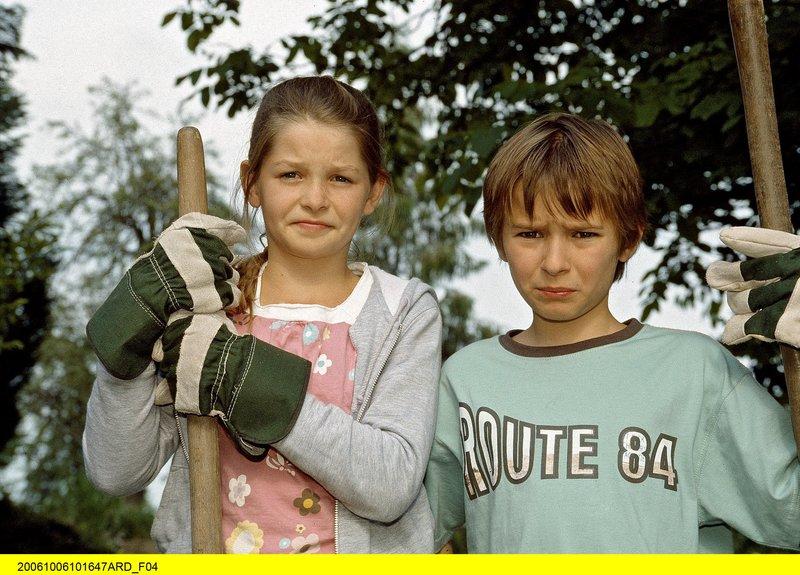 Rebecca (Elisabeth Böhm, links) und Jonas (Ludwig Zimmeck) haben eine schwierige Aufgabe zu bewältigen. – Bild: ARD/BR/Christa Köfer