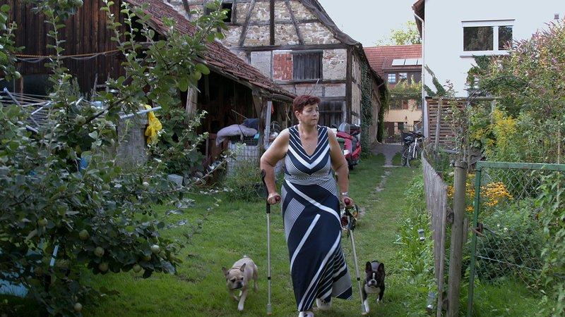 16 Jahre lang musste Manuela an Krücken gehen. – Bild: ZDF und Yoliswa von Dallwitz.
