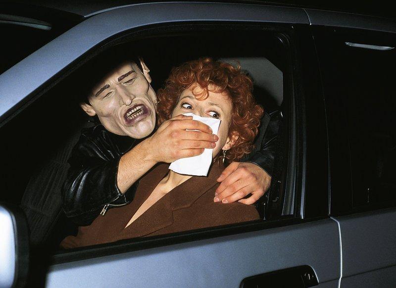 Eva (Sylvia Haider) ist als Lockvogel unterwegs als sie plötzlich von dem Mörder mit der Maske von hinten in ihrem Auto angefallen und mit Chloroform betäubt wird... – Bild: RTLplus