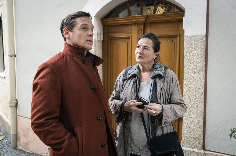 Björn Delbrück (Johannes Zirner) freundet sich mit Violas Nachbarin an. – Bild: ARD/MDR/MOLINA FILM/Steffen Junghans