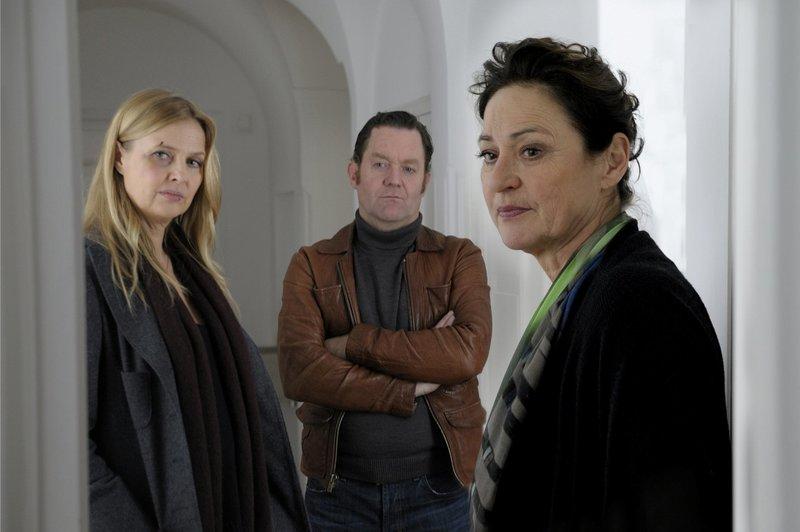Vera Lanz (Katharina Böhm, l.), Paul Böhmer (Jürgen Tonkel) und Marianne Pelz (Charlotte Schwab, r.) – Bild: Jacqueline Krause-Burberg / © ZDF/Jacqueline Krause-Burberg