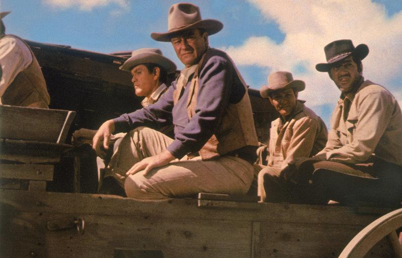 Die vier Elder Brüder (von links nach rechts) Bud (Michael Anderson Jr.), John (John Wayne), Matt (Earl Holliman) und Tom (Dean Martin) werden vom Sheriff aus der Stadt gebracht. – Bild: ZDF und Lucien Ballard