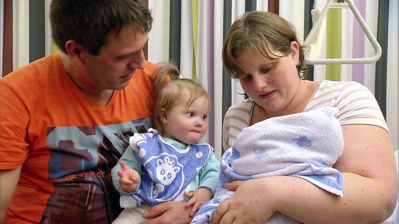 Papa Henry und Mama Ivonne zeigen der kleinen Michelle (1) das neue Schwesterchen – Bild: RTL II