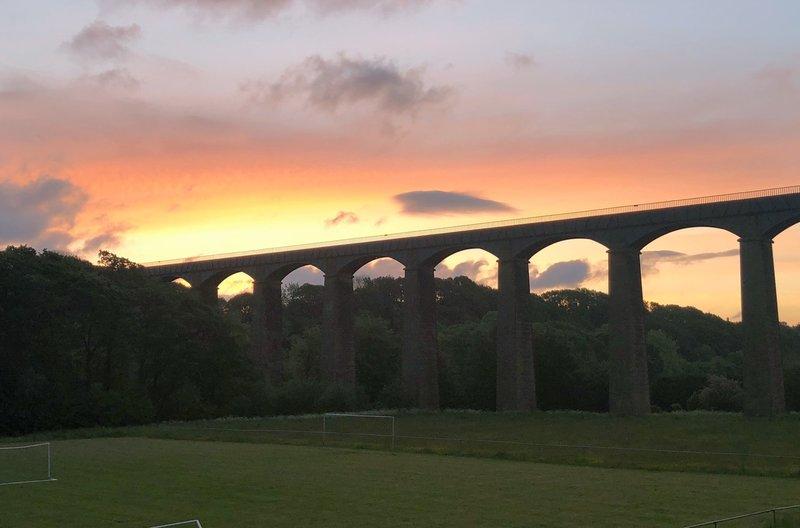Das walisische Pontcysyllte-Aquädukt im Morgengrauen. Es ist für schmale Schiffe befahrbar. – Bild: arte