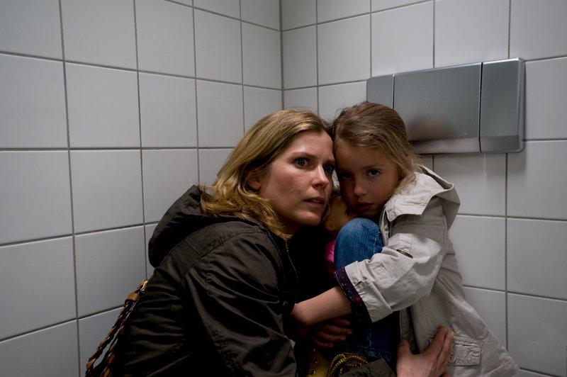 Anna Tietz (Valerie Niehaus) hat ihre Tochter Sina (Pauline Brede) auf der Toilette wiedergefunden. – Bild: ZDF