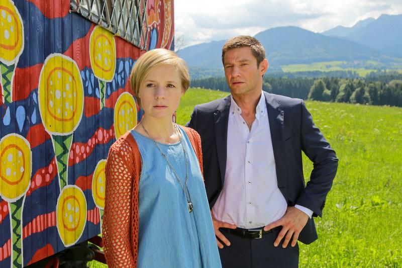 Hansen (Igor Jefti?, r.) weiß, dass das Opfer ein Verhältnis mit Vera Fröhlich (Sophie Rogall, l.) hatte. – Bild: ZDF und Christian A. Rieger - klick
