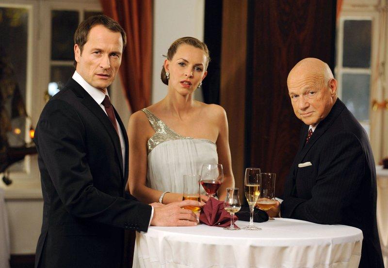 Edgar (Markus Knüfken) will sich mit Barbara (Simone Hanselmann) verloben, der Tochter seines Chefs Gustav (Dietrich Hollinderbäumer, re.). – Bild: ARD Degeto/Hardy Spitz