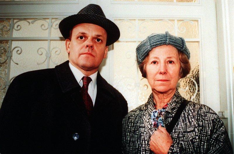 Alfred (Robert Meyer) erzählt Frau Gerhartl (Bibiane Zeller) was er von den angeblichen Renovierungsarbeiten im Mietshaus hält. – Bild: ORF