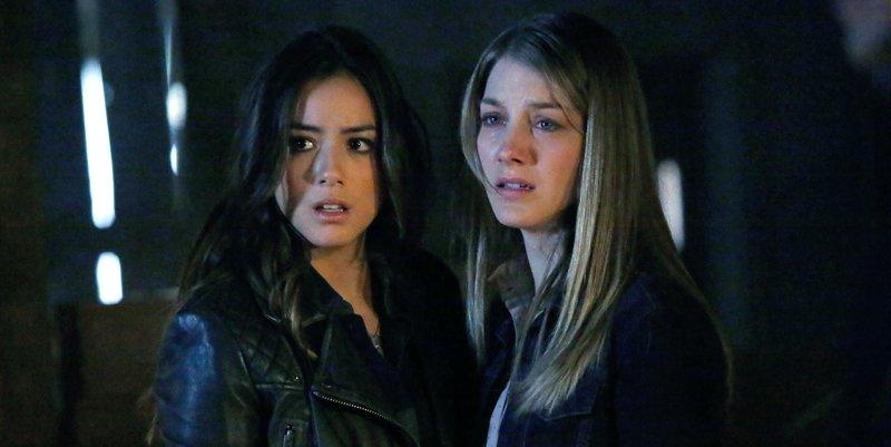 Skye (Chloe Bennet, li.) hat das Vertrauen von Hannah (Laura Seay) gewonnen.. – Bild: RTL II