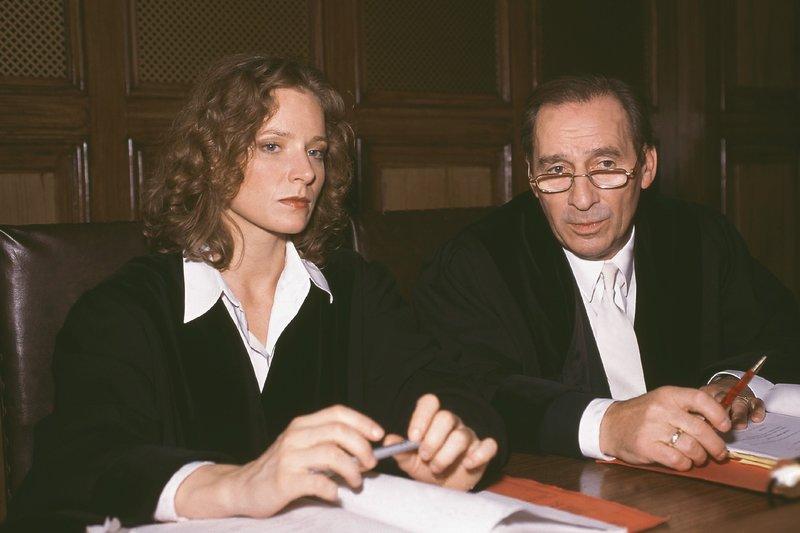 Oberstaatsanwalt Gerhart Lotze (Henry van Lyck) berät sich mit Staatsanwältin Susanne Clausen (Brigitte Beyeler) – Bild: RTLplus