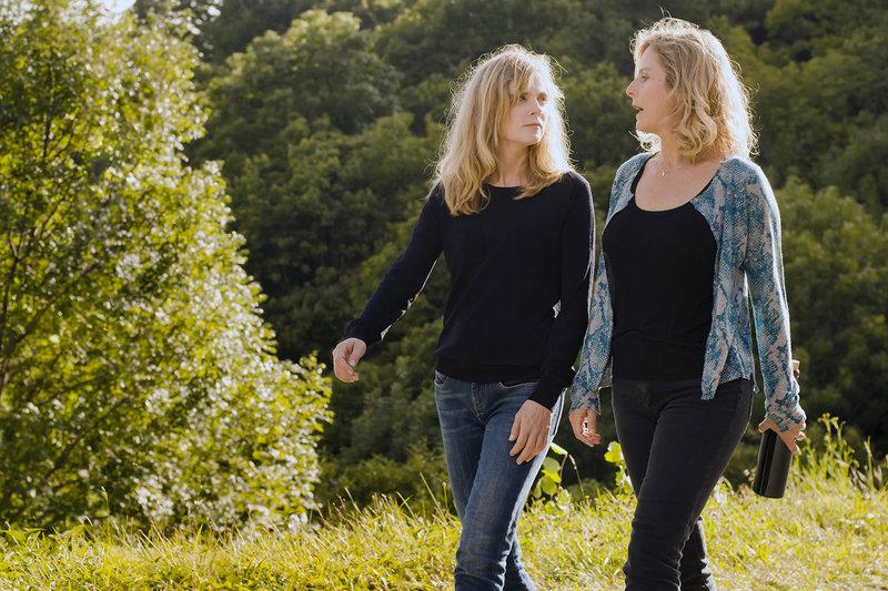 Caroline (Isabelle Carré, li.) und Pattie (Karin Viard, re.) sind eigentlich zwei sehr unterschiedliche Frauen. Während Pattie ein recht ausschweifendes Leben führt, ist Caroline eher zurückhaltend. – Bild: arte