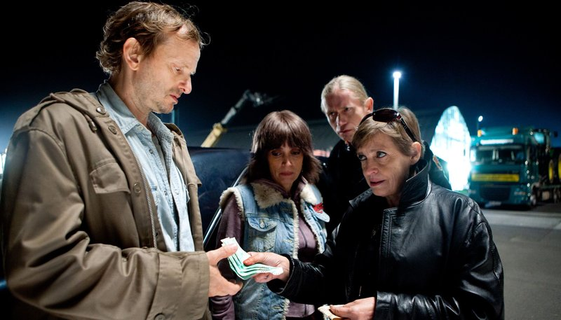 Angelika (Katharina Thalbach) und Marek (Roman Geike, 2. v. re.) übergeben Torben (Milan Peschel) und Peggy (Anna Thalbach) das Geld aus einem krummen Geschäft. – Bild: ARD Degeto/Daniela Incoronato