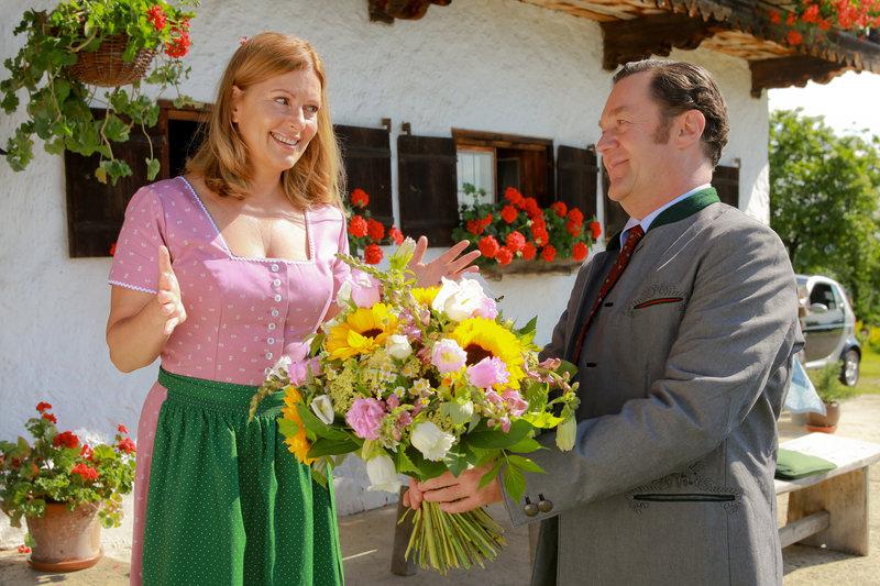 Auf dem Hof kommt es zu einem Wiedersehen zwischen Marie (Karin Thaler, l.) und Bürgermeister Schretzmayer (Jürgen Tonkel, r.). – Bild: ZDF und Christian A. Rieger - klick
