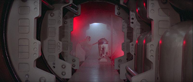 In ihrer Not beauftragt Prinzessin Leia (Carrie Fisher, l.), den kleinen Druiden R2-D2 (Kenny Baker, r.), eine wichtige Botschaft an den Jedi-Ritter Obi-Wan Kenobi zu überbringen. Eine gefährliche Mission beginnt ... – Bild: Puls 8