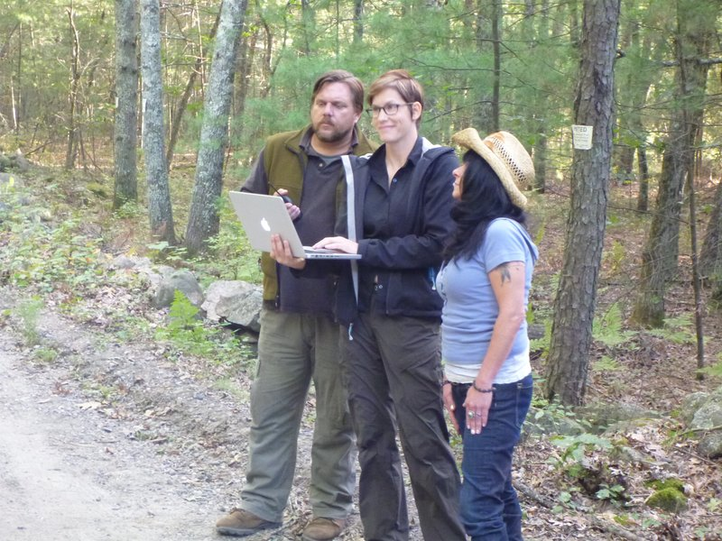 Ranae, Matt, and Bigfoot witness in the woods. – Bild: Animal Planet
