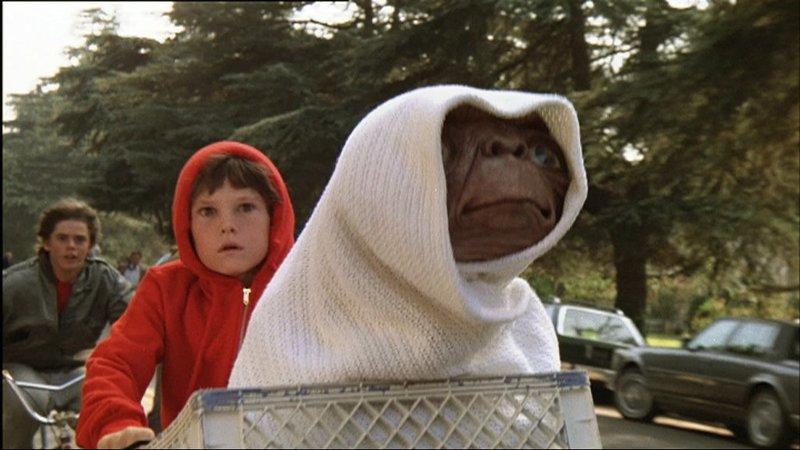 Als Forscher und Regierungsbeamte hinter E.T. her sind, versucht Elliott (Henry Thomas) den Außerirdischen in Sicherheit zu bringen..Als Forscher und Regierungsbeamte hinter E.T. her sind, versucht Elliott (Henry Thomas) den Auüerirdischen in Sicherheit zu bringen.. – Bild: RTL II