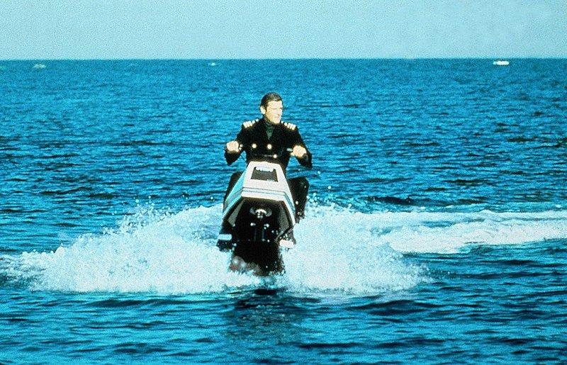 James Bond faehrt mit einem Wassermotorrad einem neuen Abenteuer entgegen. – Bild: SF DRS