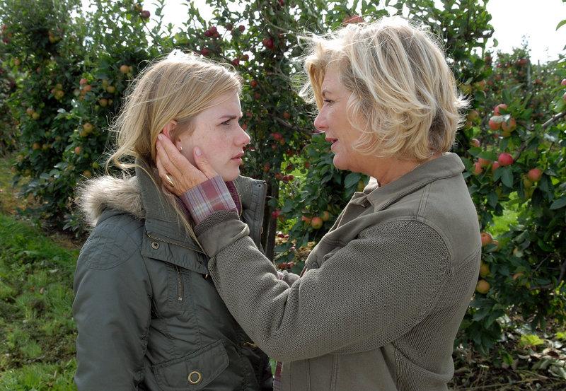 Anna (Jutta Speidel) will ihrer schwangeren Enkelin Jo (Anna Hausburg) in der schwierigen Situation beistehen. – Bild: ARD Degeto/ARD Degeto/Susanne Dittmann