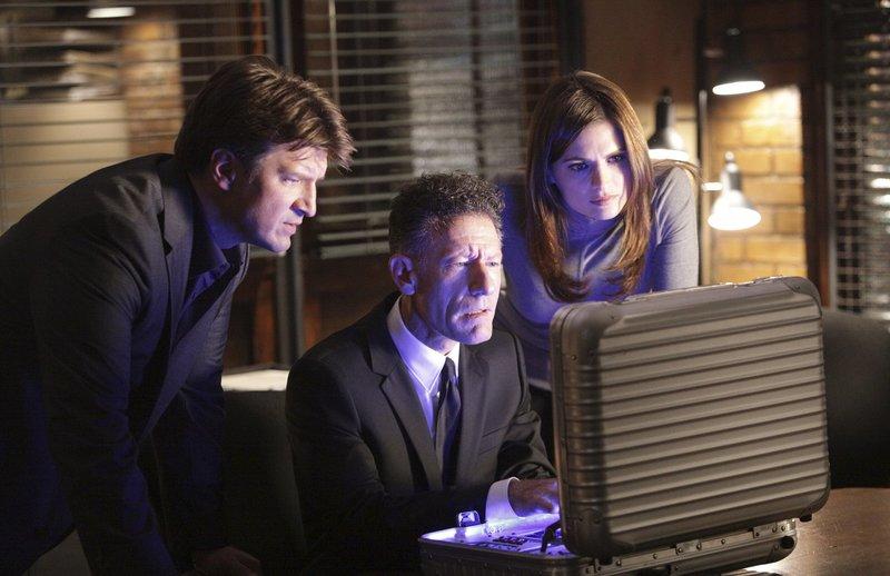 Castle (Nathan Fillion, l.) und Beckett (Stana Katic, r.) sind von den technischen Möglichkeiten, die der Agent der Regierung (Lyle Lovett, M.) hat, fasziniert. – Bild: Universal TV