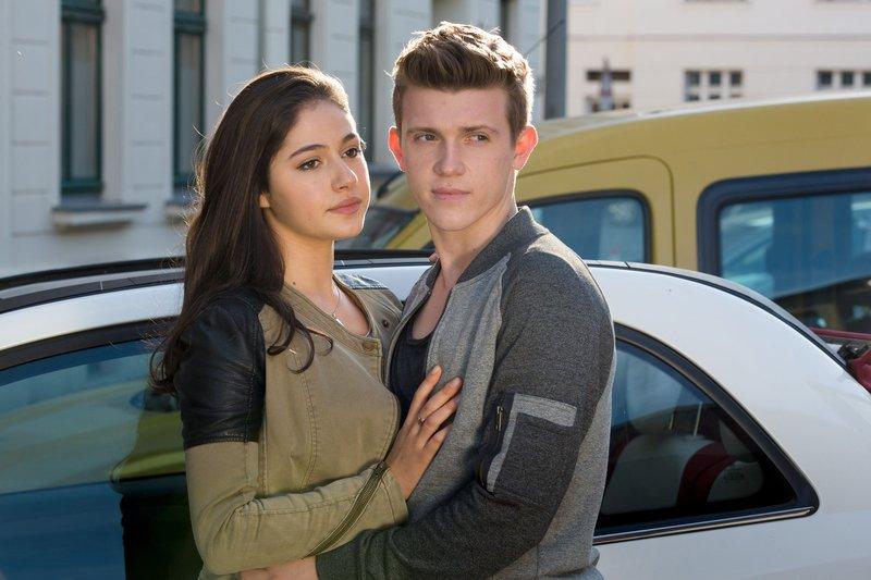Jonas (Lennart Betzgen, r.) wird von seiner Freundin Maya (Soma Pysall, l.) abgeholt, bei der er die nächste Zeit wohnen wird. – Bild: ARD/Steffen Junghans