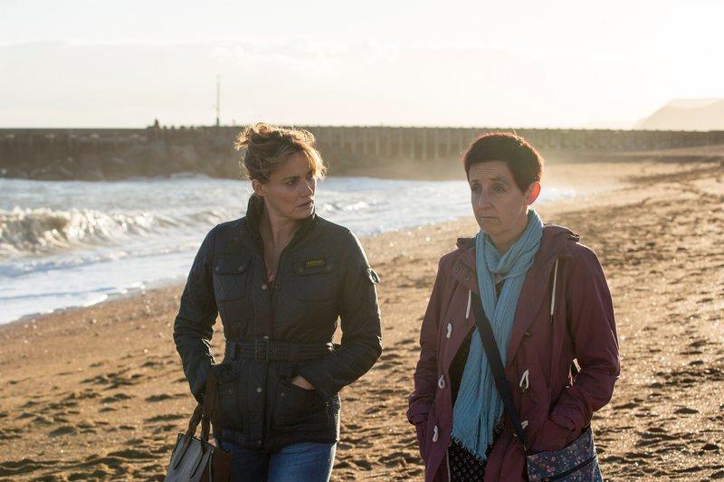 Cath (Sarah Parish, l.) und Trish (Julie Hesmondhalgh, r.) sprechen sich bei einem Strandspaziergang aus. – Bild: ZDF und Colin Hutton.