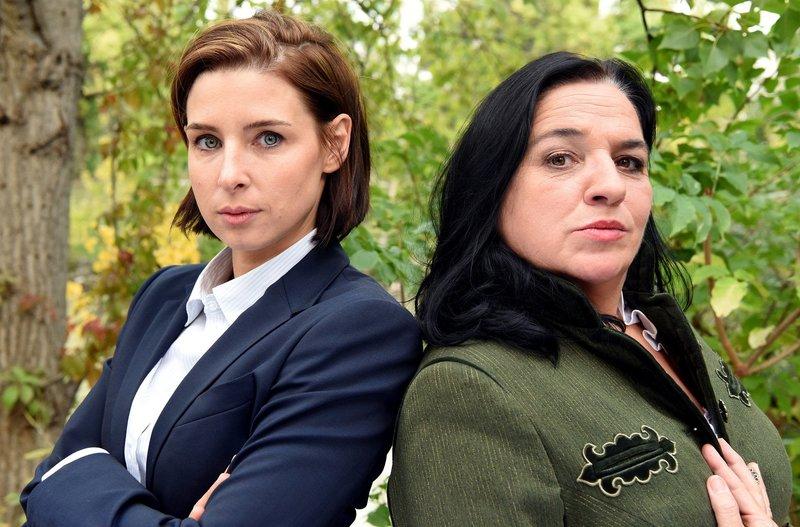 Ein starkes Duo: die Anwältinnen Dr. Therese Schwarz (Martina Ebm, links) und Paula Dennstein (Maria Happel). – Bild: ARD Degeto/BR/ORF/Hubert Mican / Hubert Mican