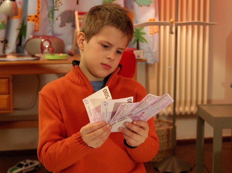 """03.07) um 10:30 Uhr im Ersten. Tommy (Luka Andres) findet das Geld, das Marie bei ihm verloren hat. – Bild: """"ARD Degeto/Sandor Domonkos"""" (S"""