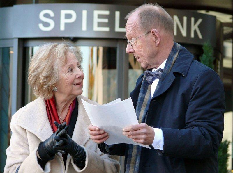 Elisabeth (Bibiana Zeller) und ihr Freund Roland Meissner (Hans Peter Korff) wollen die finanziell angeschlagenen Maibach-Werke auf ihre Weise sanieren. – Bild: hr-Fernsehen