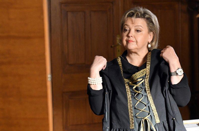 Kostümprobe: Marianne Laban (Andrea Wildner) hat sich eine mittelalterliche Tracht für die Kaltenthaler Ritterspiele ausgesucht. – Bild: ARD/Barbara Bauriedl