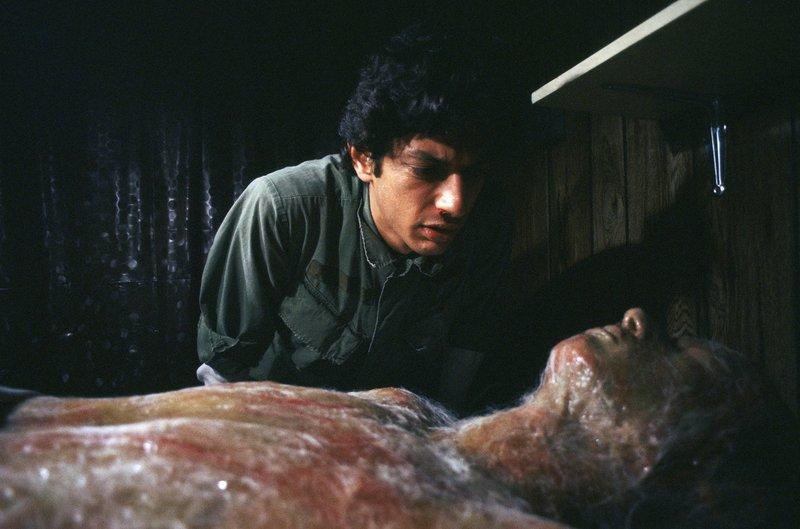 Im Bild: Jack Bellicec (Jeff Goldblum) entdeckt einen menschlichen Körper, der scheinbar eine perfekte Kopie Jacks ist. – Bild: TL5