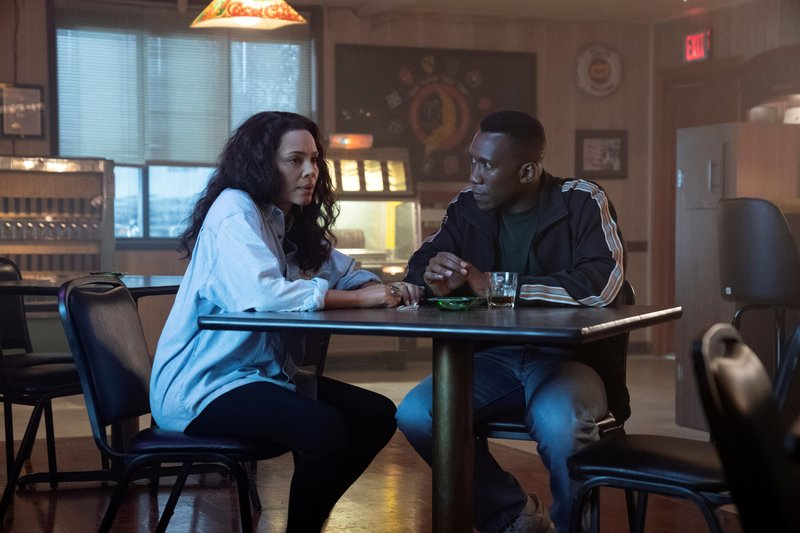 L-R: Amelia Reardon (Carmen Ejogo) and Detective Wayne Hays (Mahershala Ali) – Bild: Warrick Page / Die Verwendung ist nur bei redak / © Home Box Office, Inc. All rights reserved.