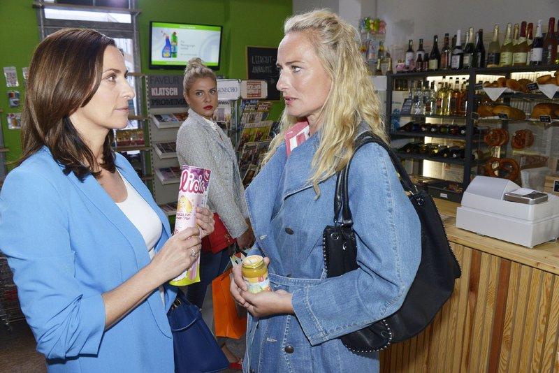 Sunny (Valentina Pahde, hinten) verfolgt interessiert ein Gespräch zwischen Katrin (Ulrike Frank, l.) und Maren (Eva Mona Rodekirchen). – Bild: TVNOW / Rolf Baumgartner